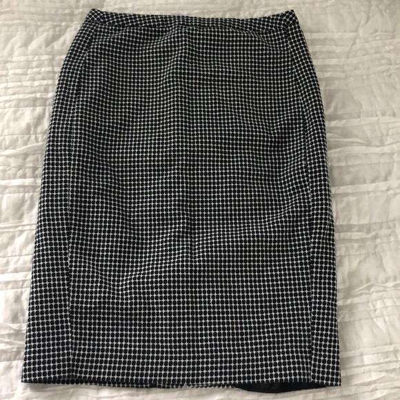 Merona Dresses & Skirts - Merona Fitted skirt- Size 4